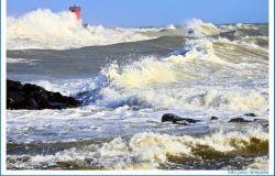 le3 onde si infrangono contro torrette del porto