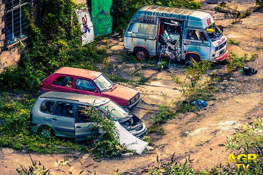 Roma, presentato esposto al Prefetto sui veicoli abbandonati