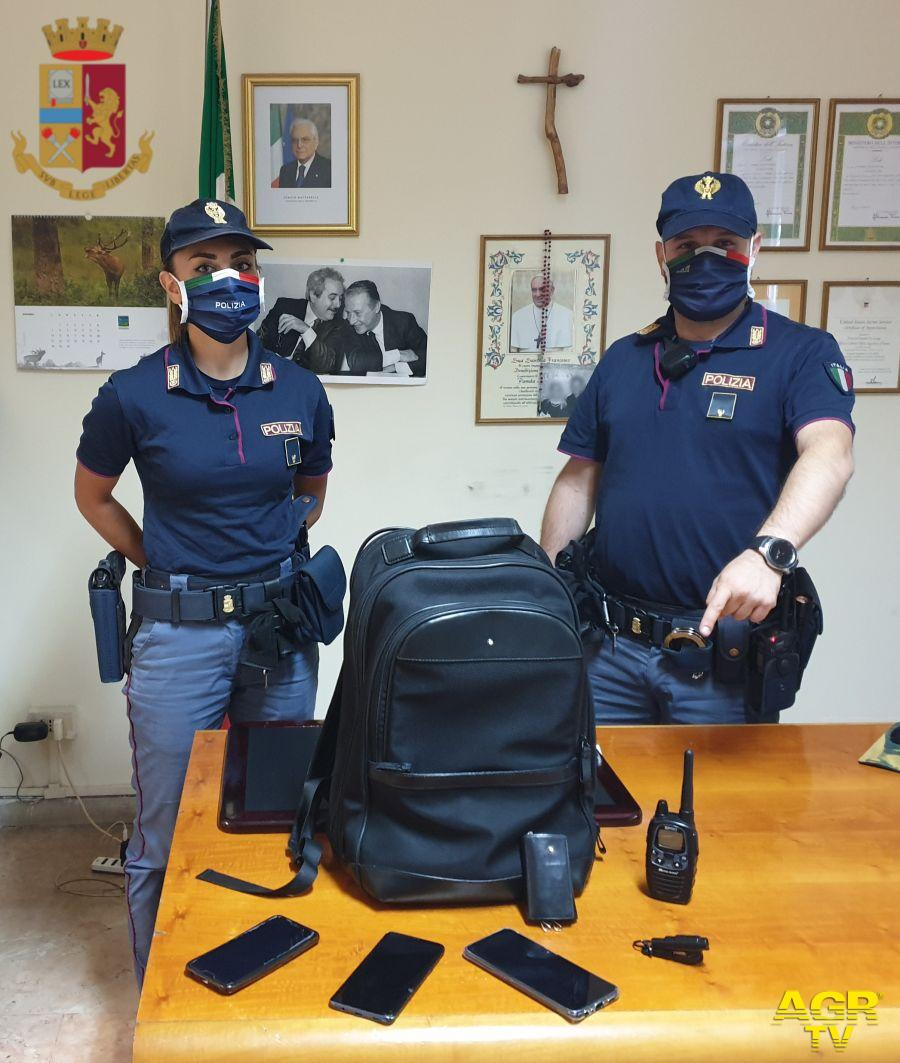Rubano una borsa in un'auto sotto gli occhi degli agenti,arrestati