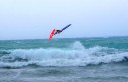 Wind Festival, le acrobazie dei windsurf con raffiche a cento chilometri orari