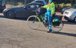 Covid-19 in bici per portare assistenza alle auto in fila per i tamponi