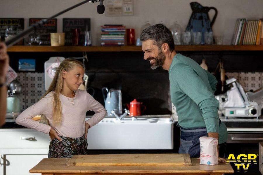Luca Argentero con la figlia in cucina
