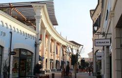 Castel Romano, 4 ragazze, tutte minorenni, rubano scarpe in un negozio all'interno del centro commerciale