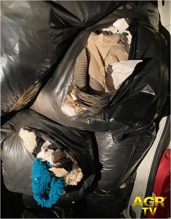 Firenze. Trasportano illegalmente 10 quintali di scarti tessili, denunciati dalla Polizia Municipale