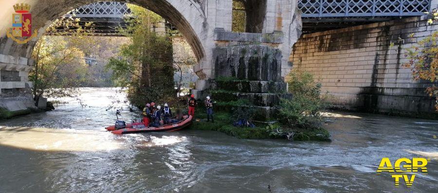 ROMA, Ponte Garibaldi. Un uomo di origine Francese si arrampica su un pilone di Ponte Garibaldi, viene soccorso dalla Polizia di Stato