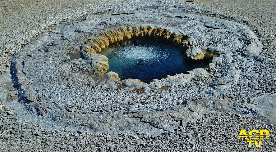 Fiumicino, chiusa via dell'aeroporto per fuoriuscita di gas dal sottosuolo, un geyser?