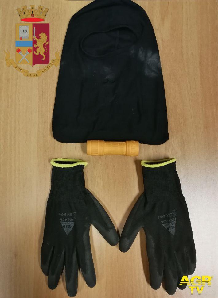 passamontagna, guanti e coltello usato dai rapinatori