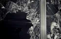 Sfonda una vetrina per rubare una pistola, arrestato