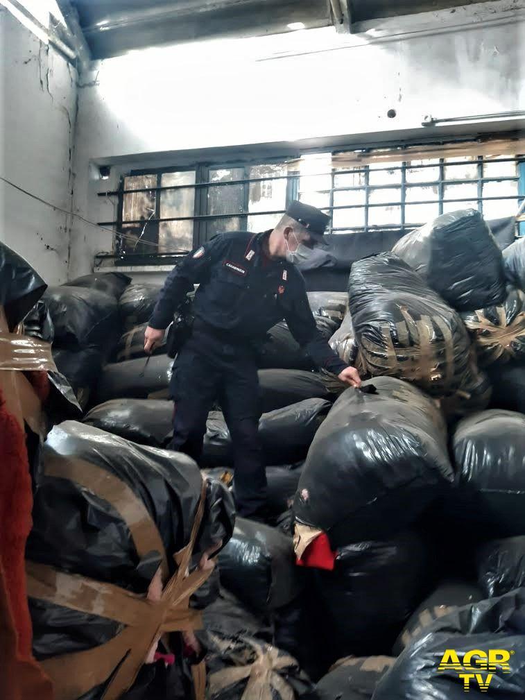 A Campi Bisenzio i Carabinieri Forestali individuano un fabbricato contenente 500 sacchi di scarti tessili