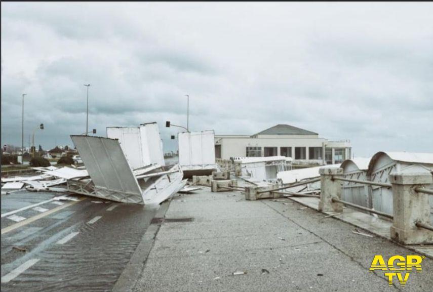 Ostia, cabine trascinate dal vento sul lungomare