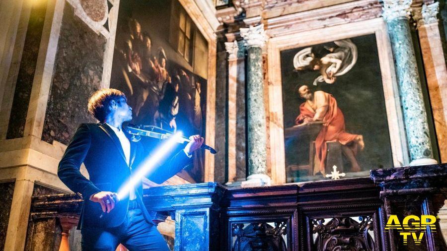 Andrea Casta dinanzi dipinto Caravaggio