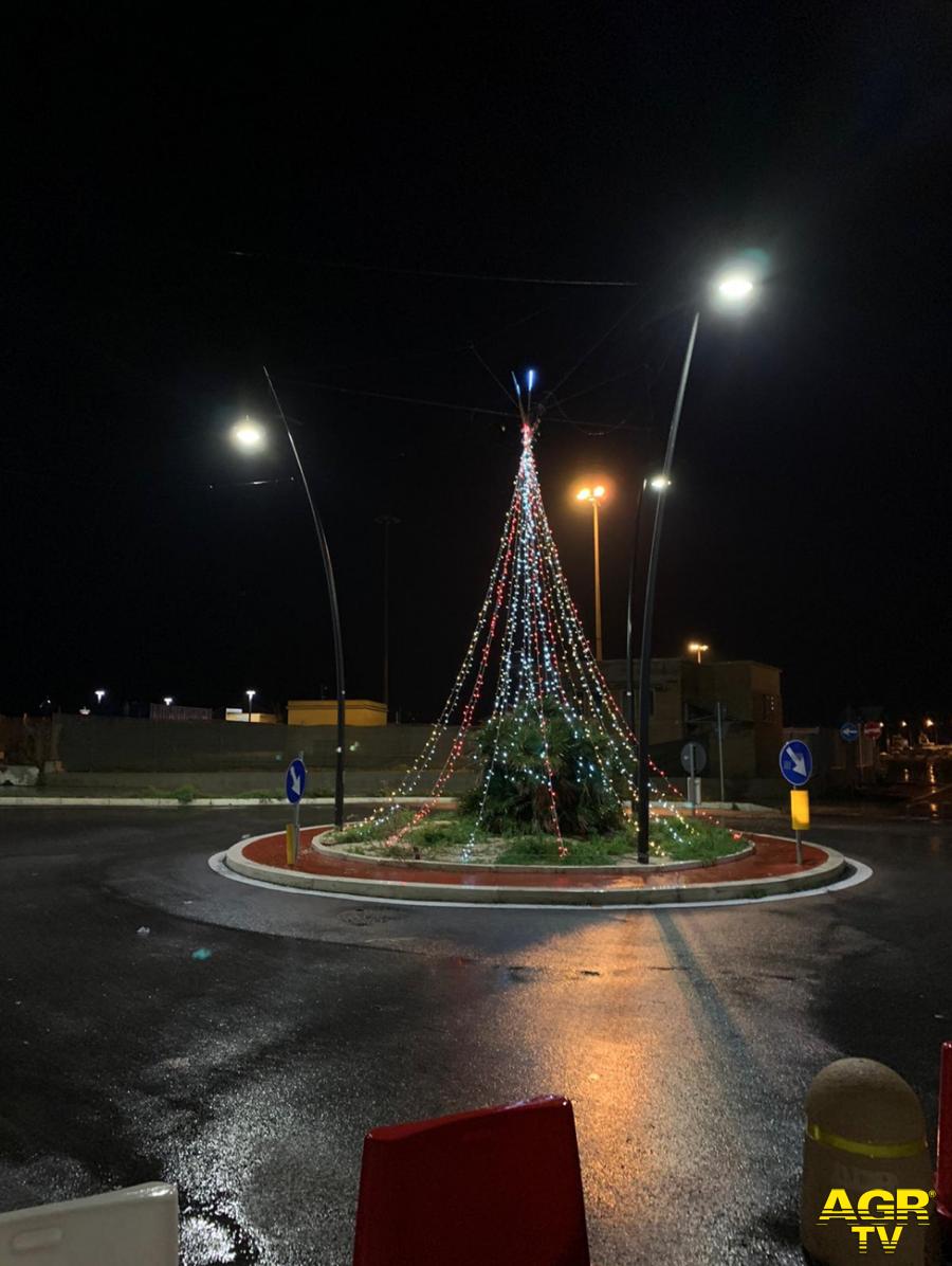Fiumicino, sul lungomare si accende l'albero di Natale