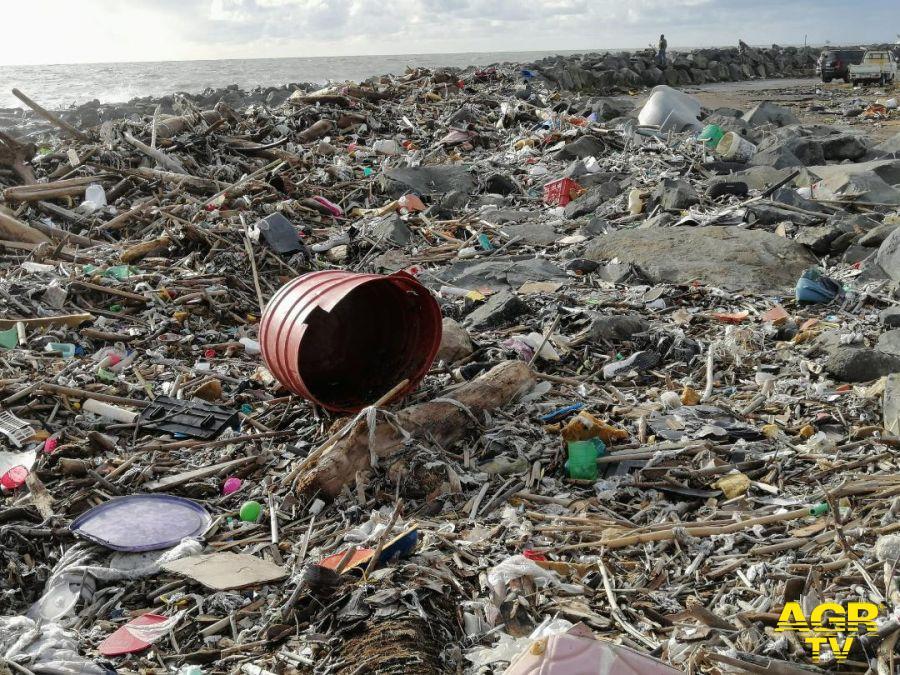 Fiumicino, a Passo della Sentinella il mare riversa tonnellate di rifiuti