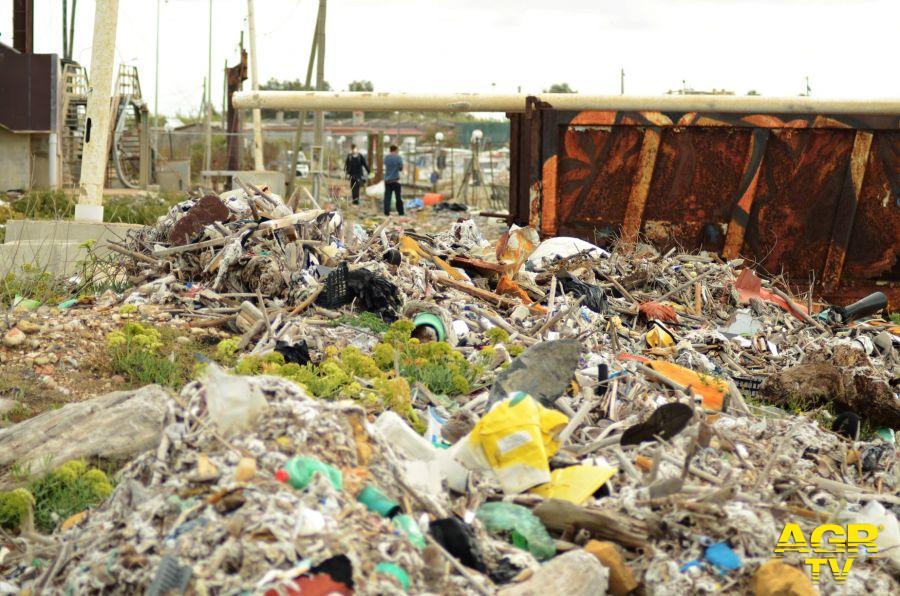 Fiumicino, degrado e rifiuti su via del Faro