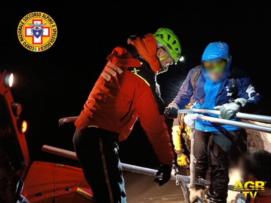 Gran Sasso, cinque sciatori escursionisti salvati dal soccorso alpino con il gatto delle nevi a Campo Imperatore