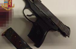 Era armato, la polizia ha trovato la pistola e l' ha arrestato dopo una segnalazione anonima