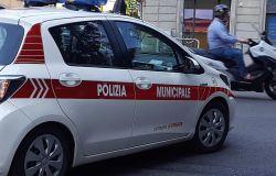 Urta una donna con un bimbo in braccio e si allontana, rintracciato e denunciato dalla Polizia Municipale di Firenze