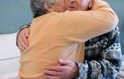 Anche con il Covid festeggiano 54 anni di matrimonio insieme ai sanitari
