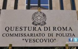 """Roma, quartiere Trieste. Trova 2 """"pochette"""" contenenti preziosi e li consegna alla Polizia di Stato"""