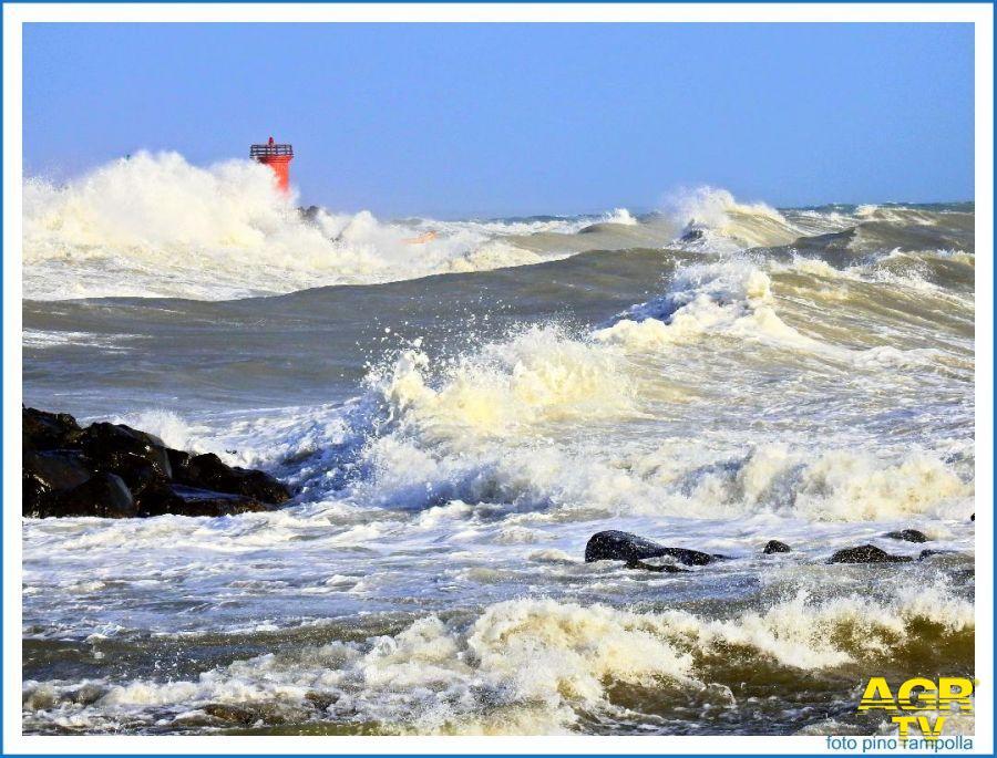 Litorale romano, torna il Libeccio, il mare minaccia le spiagge