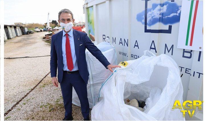 Ministro costa con il materiale raccolto alla foce del Tevere