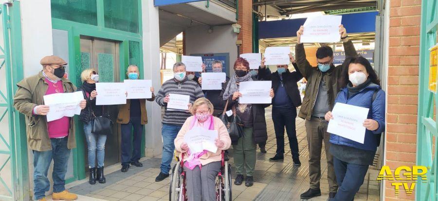 Fiumicino, ascensori fuori uso alla stazione Parco Leonardo, il comune non ci sta: sit-in di protesta di assessore e consiglieri