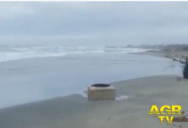 Focene, il mare ha scoperchiato tombino sulla spiaggia