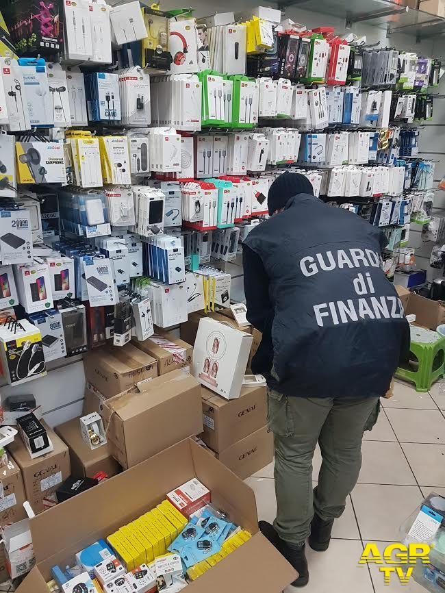 """Guardia di Finanza - Comando regionale Guardia di Finanza Prato: operazione """"fake fashion"""" - ricostruita la filiera del falso"""