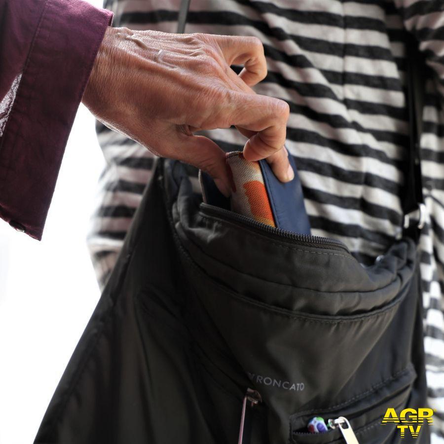 La Polizia di Stato sorprende due borseggiatori che si spartiscono il bottino di un colpo ad un'anziana: arrestati