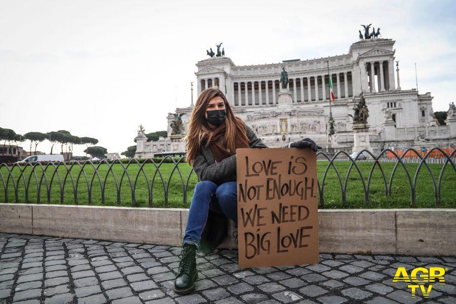San Valentino, i cartelli dedicati all'amore invadono le città italiane
