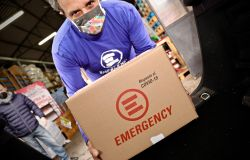 Covid-19 Flavio Insinna consegna i pacchi di Emergency a Roma