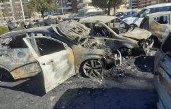 Axa, misterioso rogo di auto all'alba, distrutte sei vetture
