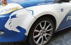 Ucraina con il coltello: apri la cassa...all'arrivo della polizia li aggredisce, arrestata