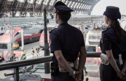 Positiva al covid scappa per evitare l'arresto, torna per il compleanno della figlia e gli agenti l'arrestano sul treno
