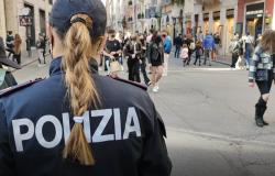Io apro il corteo cerca di forzare il cordone di Polizia per raggiungere piazza Montecitorio, 6 fermati