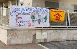 Ostia sit-in di protesta dell'Unione Inquilini contro lo spreco immobiliare