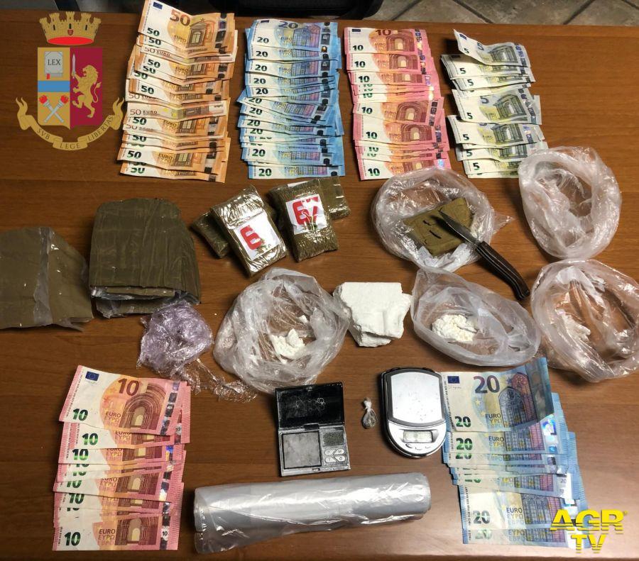 Il materiale, soldi e le dosi sequestrate