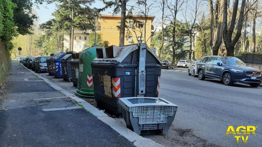 Garbatella, un televisore vicino ai cassonetti, la questione dei tempi per il ritiro dei rifiuti ingombranti