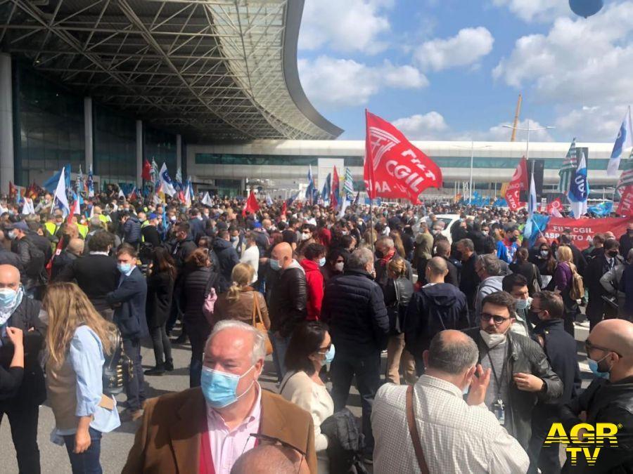Alitalia, pagata solo metà degli stipendi, i sindacati : domani riparte la mobilitazione, assemblea al Terminal T3 ore 10