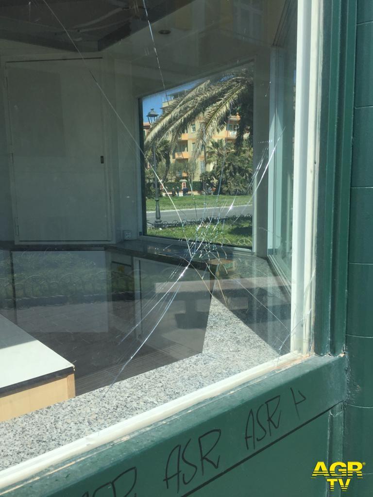 Ostia, piazza Anco Marzio, danneggiato da teppisti il PIT