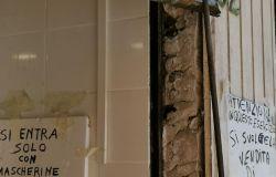 Ostia, via Casana, danneggiate le serrande di due negozi