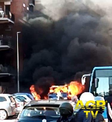 Ostia, in fiamme furgone della Protezione civile