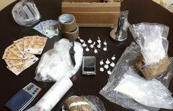 Pusher esperto nascondeva la droga in una macchina parcheggiata, sequestrato mezzo chilo di cocaina, in manette 68enne