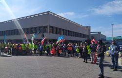 Indotto Alitalia, sit-in in aeroporto, l'amministrazione comunale di Fiumicino con i lavoratori