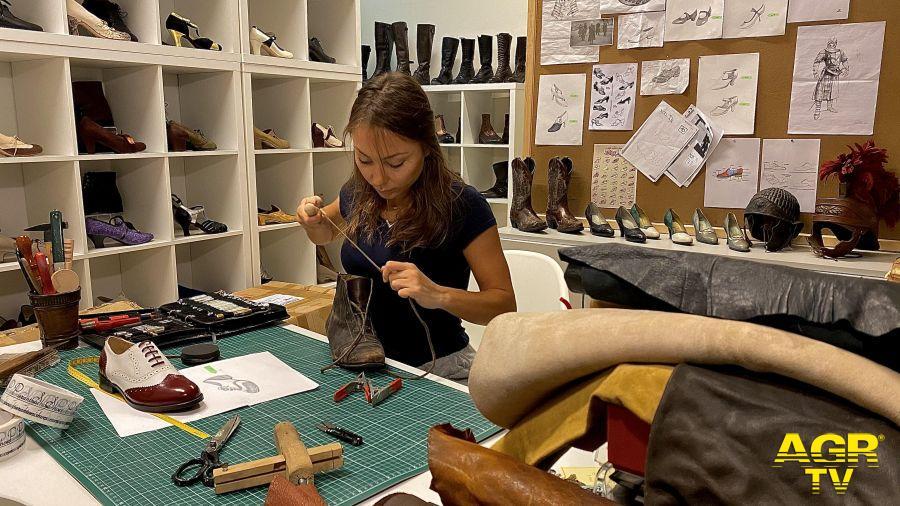 Alessia Pierantoni realizza modelli di scarpe