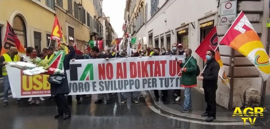 Alitalia, i lavoratori sfilano su via del Corso