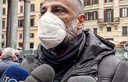 Fiumicino, flash mob in piazza Grassi: parola d'ordine: Spegni il coprifuoco