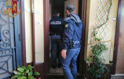 Blitz della polizia nelle case occupate, sequestrato 1 kg di droga e liberati tre appartamenti