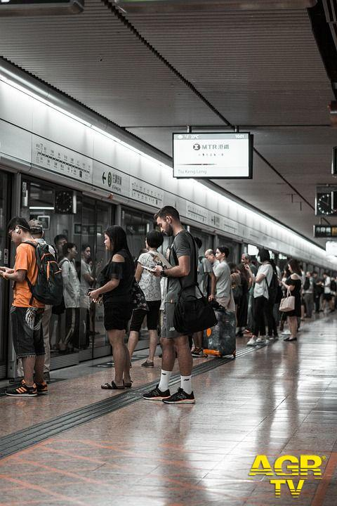Leggere gratis in bus e metro, nasce la biblioteca digitale per gli utenti del Tpl