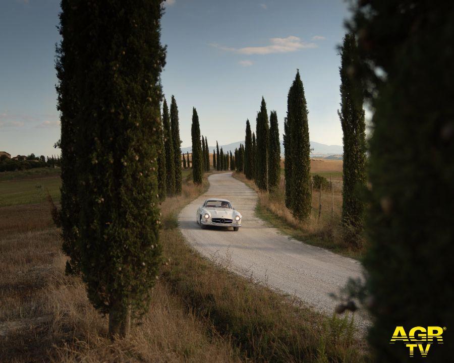 Mille miglia le auto attraversano il paesaggio incantato della Toscana